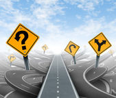 Domande e chiara strategia e soluzioni per la leadership aziendale con una retta via verso il successo, scegliendo il percorso giusto strategico con segnaletica gialla, tagliando attraverso un labirinto di groviglio di strade e autostrade