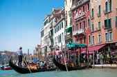 Gondola s turisty v canal Grande