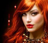 ファッション赤髪の少女の肖像画。ジュエリー
