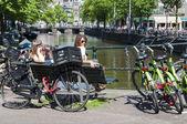 Amsterdam, Nizozemsko - 27. května: Nizozemci sedí blízko rušné