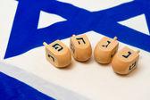 Izraelská vlajka s dřevěnými dreidely