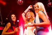 Tre ballerini intelligente in movimento alla discoteca e divertimento