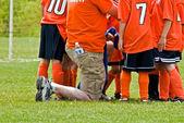 Fotbalový trenér s týmem
