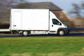 bianco furgone di consegna su unautostrada