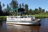 Ein großer Ponton-Boot im Fluss verankert
