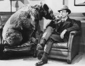 Přemýšlivý muž s medvědem