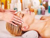 žena dostává masáž obličeje