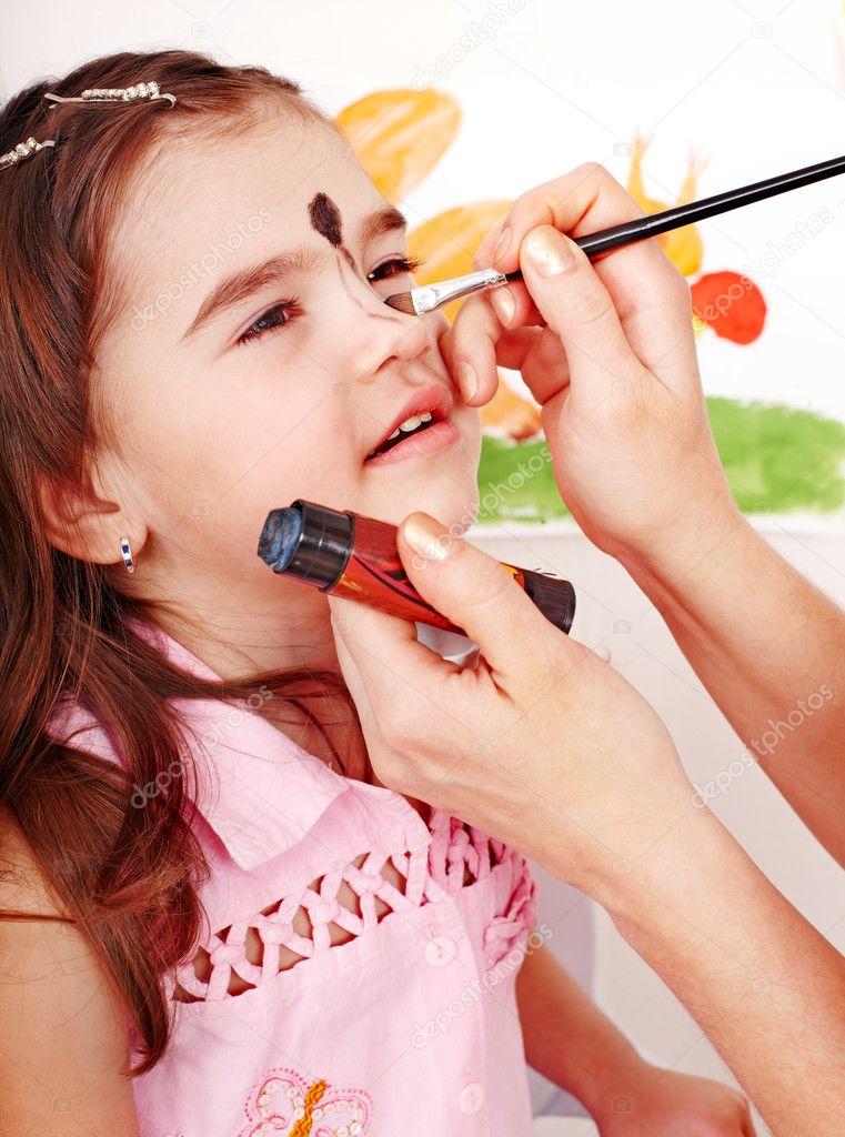 Yüz Boyama Ile çocuğun Okul öncesi Stok Foto Poznyakov 11833696