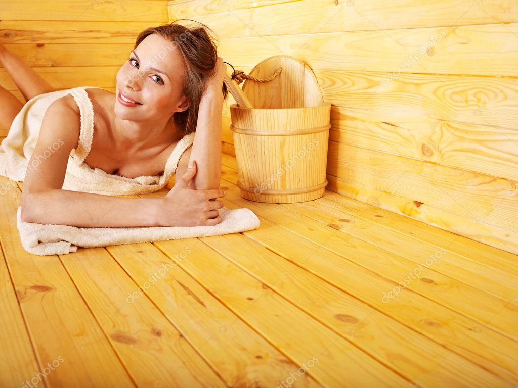zhenshina-v-saune-video