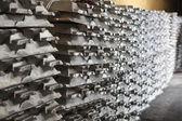Fotografie Stapel von raw Aluminium-Barren in Aluminiumfabrik
