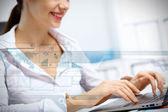 Podnikání osoby pracující na počítači