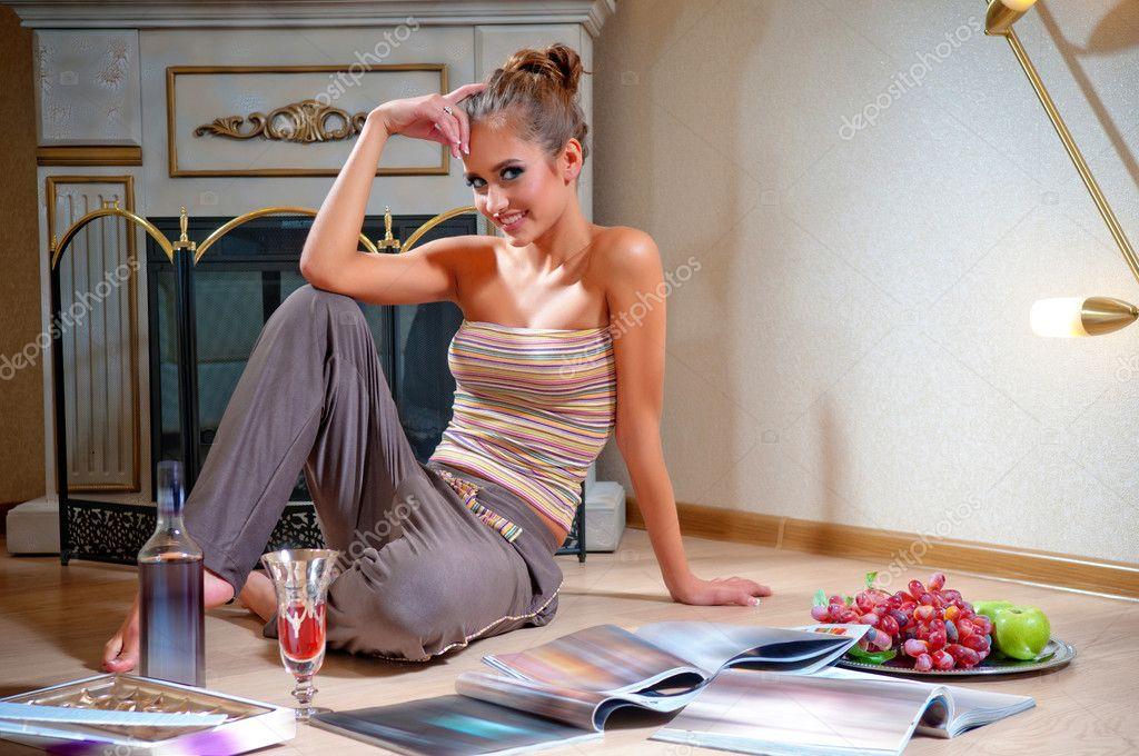 сидит на лице и читает журнал как
