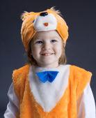 malá holčička oblečený v obleku liška .