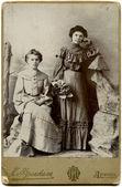 russland - um 1904: ein antikes foto zeigt zwei frauen, lugansk, russisches reich, jetzt ukraine, 1904 russischer text: frenkel (fotograf), lugansk