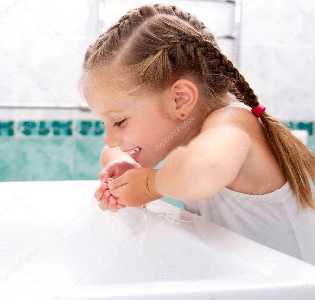 Chica en el baño de lavado — Foto de stock © tan4ikk #11669481