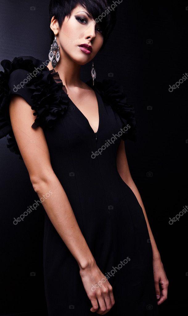 Klassiek Zwart Jurkje.Mooie Vrouw Op Klassieke Zwarte Jurk Pose In Studio Stockfoto