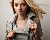 smyslná dívka v módní oblečení představují ve studiu