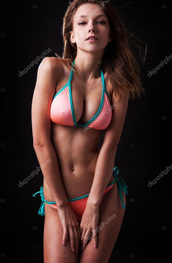 Загорелые женщины в бикини