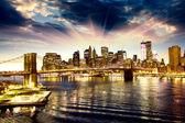 Fotografia skyline di Brooklyn bridge e manhattan di notte, new york city