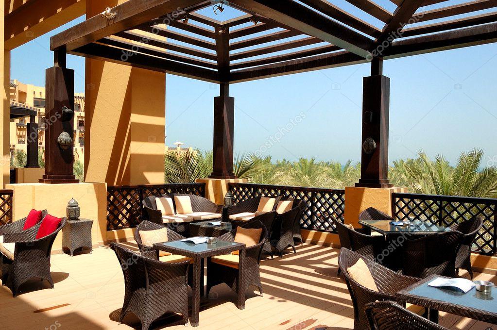 Terraza con vista al mar del restaurante al aire libre en for Terraza decoracion apartamento al aire libre