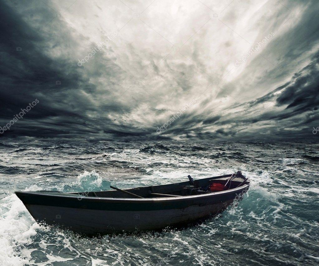 Фотообои Заброшенная лодка в бурном море
