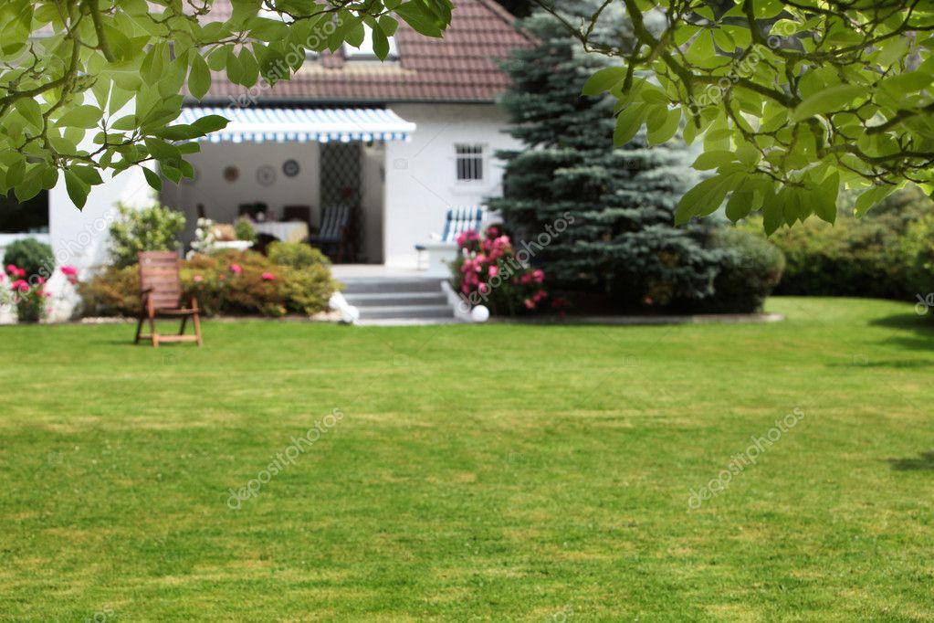 Casa Con Giardino Bovezzo : Piccola casa con giardino — foto stock farina