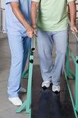 Idősebb ember, miután ambuláns kezelés