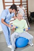 Fotografia fisioterapista aiutando un paziente