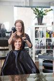 Fotografie stylista sušení vlasů