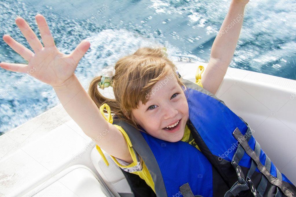 Viaggio dei bambini sull'acqua in barca