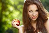 žena s apple v zahradě