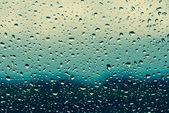 kapky vody na skle okna