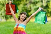 Fotografie Frau hält glücklich mit Einkaufstüten