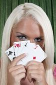 žena hrací karty