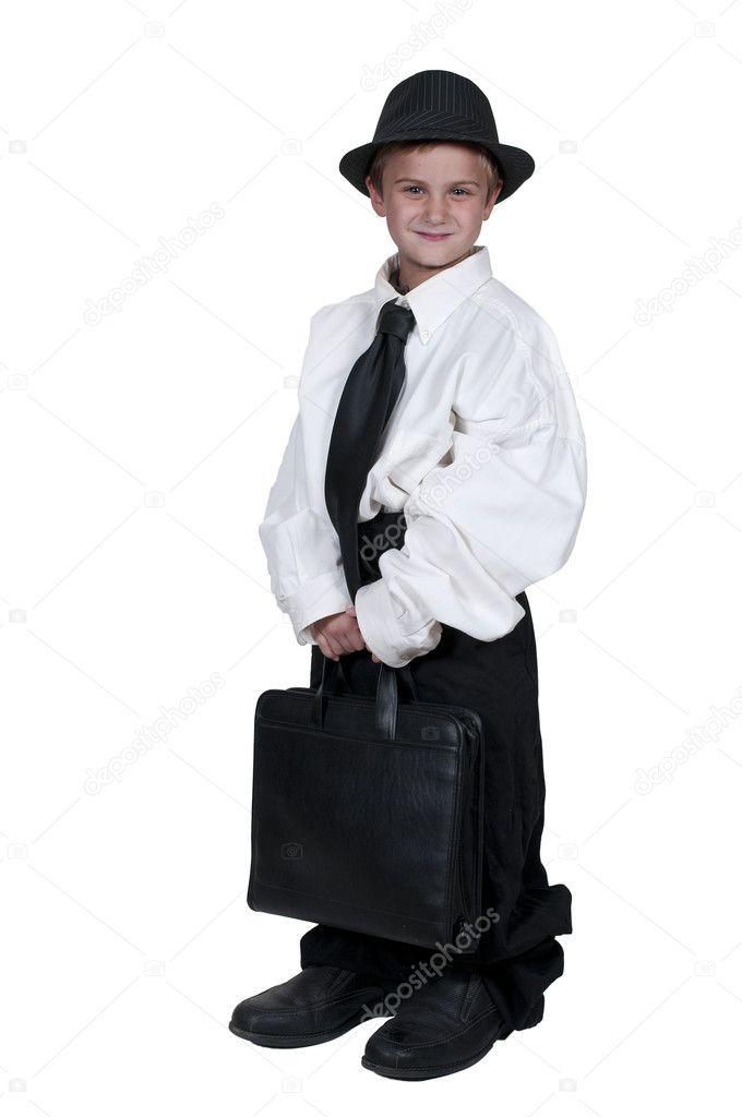 96d6475477b1 Ragazzo in abiti oversize — Foto Stock. Ragazzino vestito in vestiti  vestito oversize — Foto di robeo123