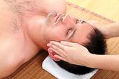člověk požívající masáž obličeje