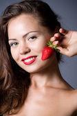 schöne sexy Frau mit Erdbeere