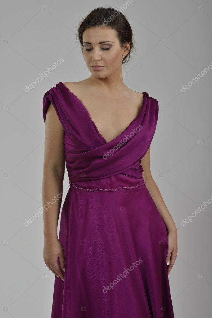 elegante mujer en vestido de moda posando en el estudio — Foto de ...