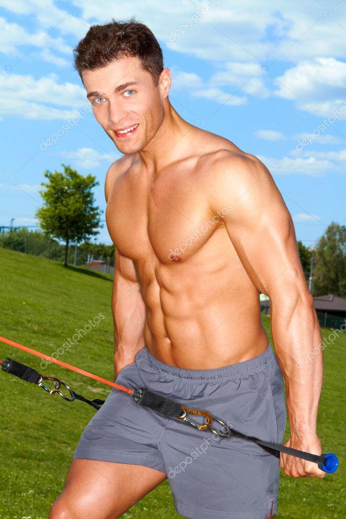 Homme de remise en forme fait développer des exercices ...