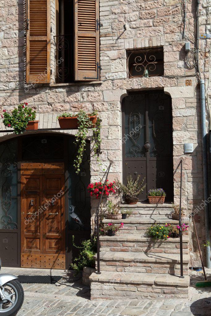 flores en macetas en la casa medieval de escalones de piedra u foto de stock