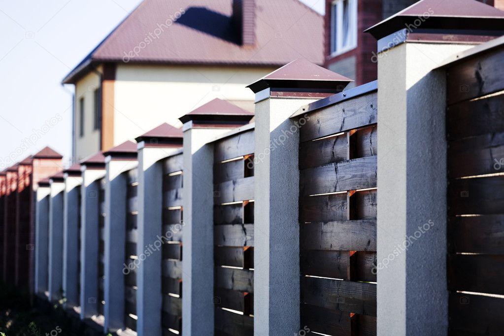 clôture et la maison moderne en ville — Photographie Serp77 © #10949023