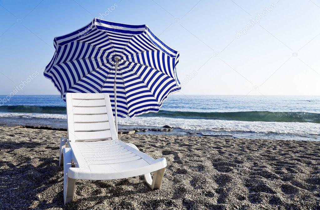 Sedia a sdraio con un ombrello in piedi da solo sulla riva for Planimetrie da 4000 piedi quadrati