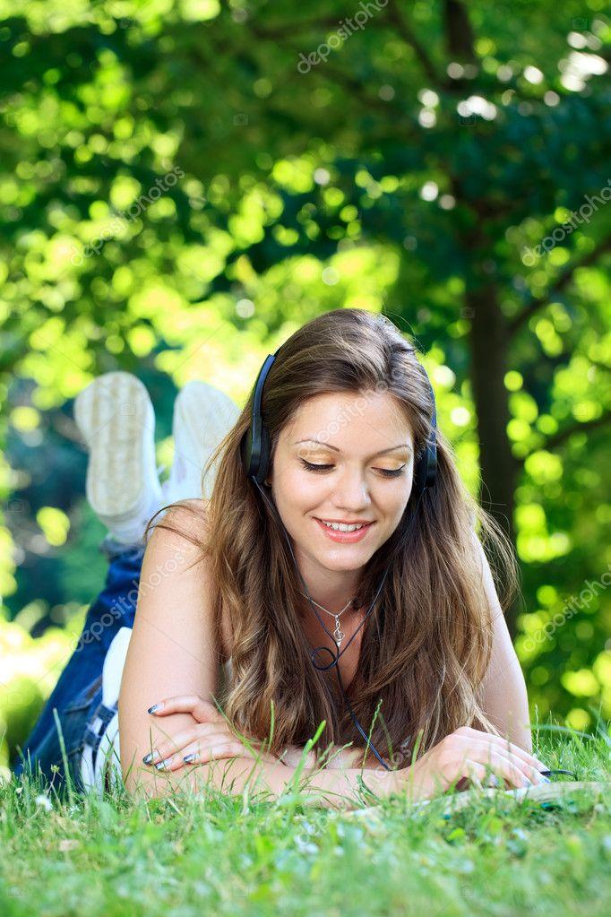 Видео девушки на природе расслабляются фото 121-497