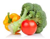 brokolice, rajče a žlutá paprika izolovaných na bílém pozadí