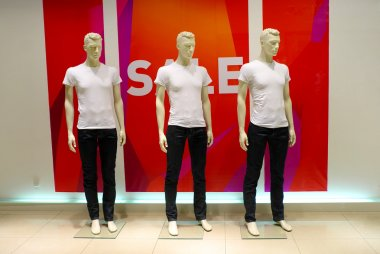 Window with dressed man mannequins