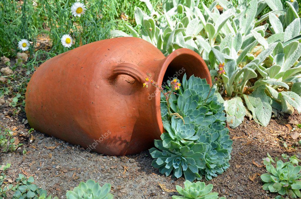 Plantador de barro no jardim fotografias de stock for Decoracion de jardines con jarrones de barro