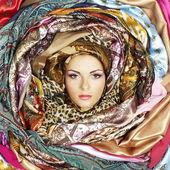 Fotografia volto di giovane donna con foulard