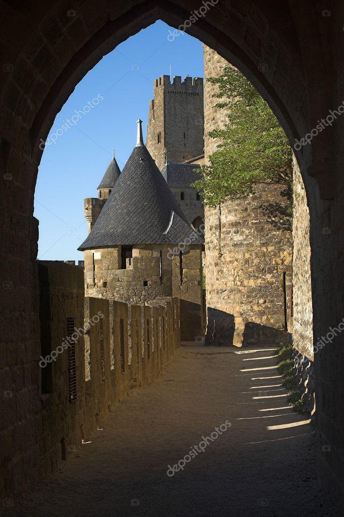 Blick auf Carcassonne Schloss eingerahmt von einem alten Stein ...
