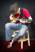 sitzender Gitarrist