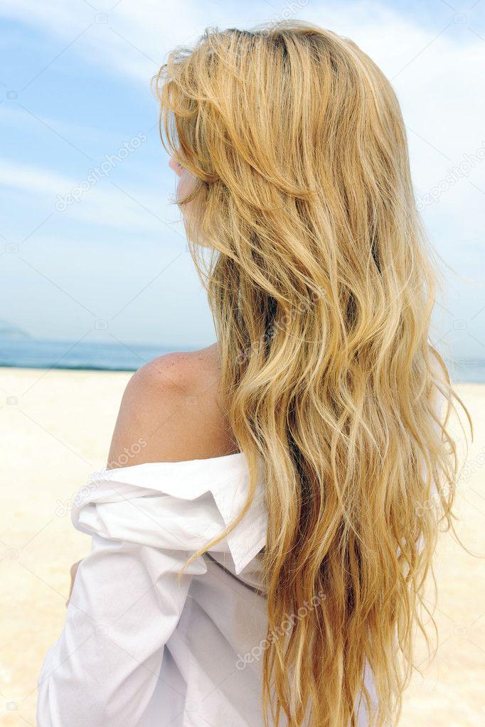elegante donna con lunghi capelli biondi in spiaggia — Foto Stock ... cc2ecc17ecb